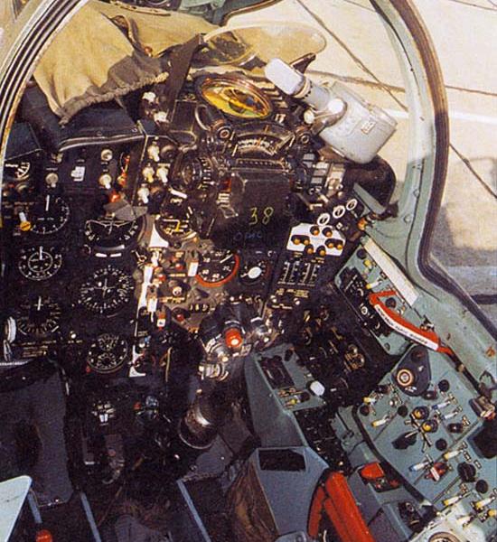 6.Кабина пилота Су-20.