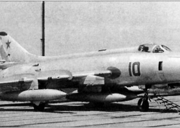 6.Су-17М2 в перегоночной конфигурации с четырьмя 1150-литровыми ПТБ.