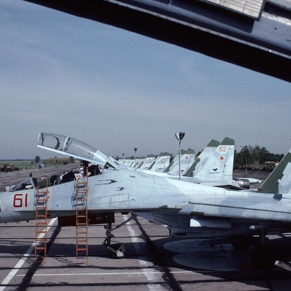 6.Су-27УБ на стоянке.