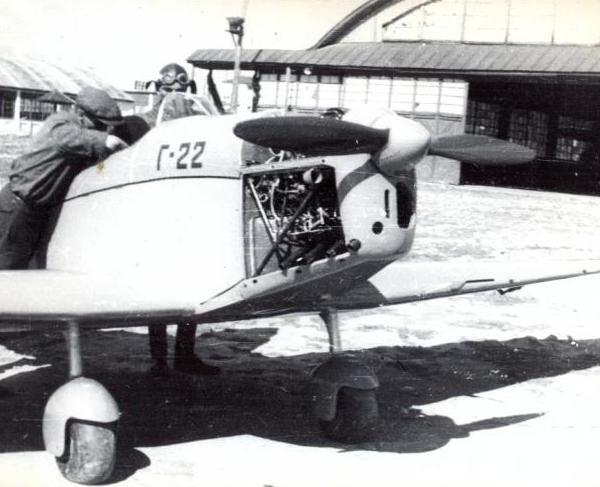 7.Г-22 с раскапотированным двигателем.