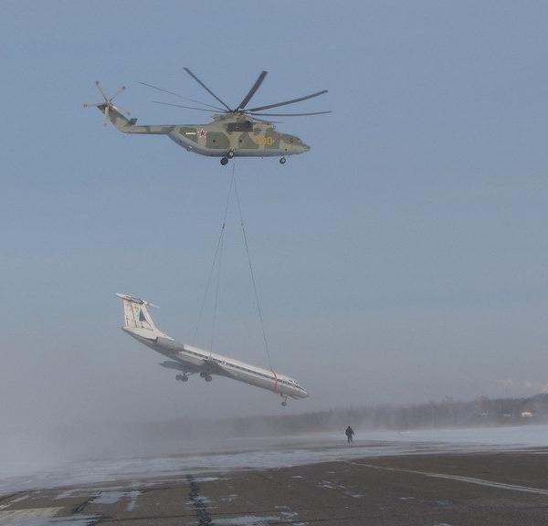 7.Ми-26 переносит Ту-134.