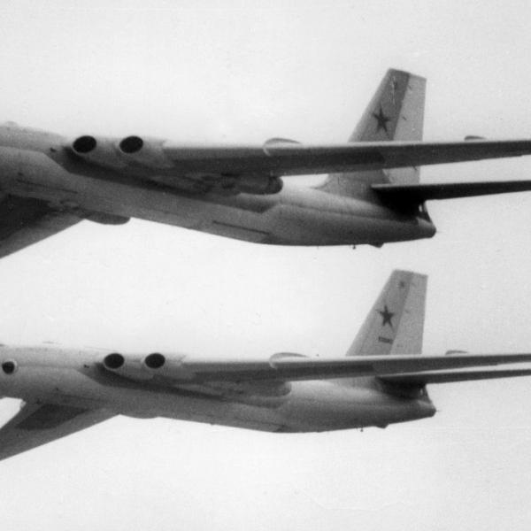 8а.Пара в бомбардировщиков 3М полете.