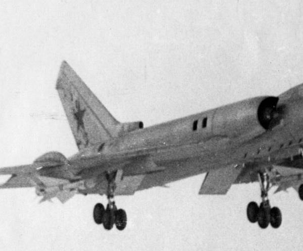 8а.Ту-128 заходит на посадку.