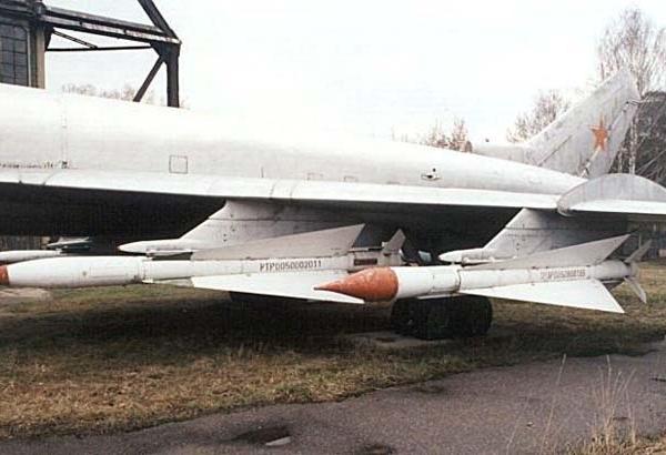 8б.Ракеты Р-4РМ и Р-4ТМ под крылом Ту-128.