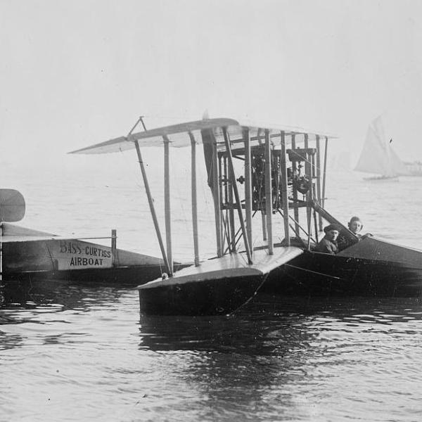 1.Летающая лодка Curtiss Model F на воде.