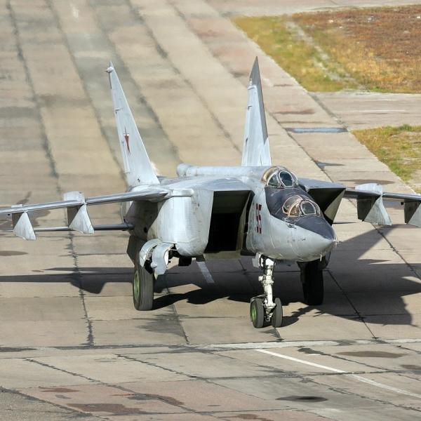 1.МиГ-25ПУ на рулежке. 2