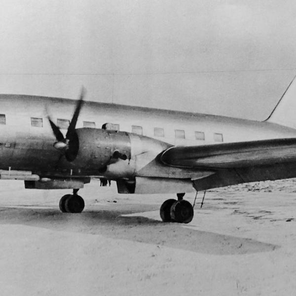 1.Опытный Ил-12 прогревает двигатель. 1