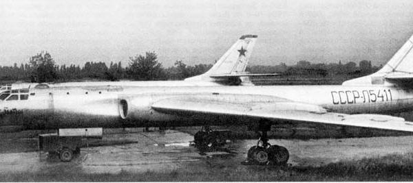 1.Почтовые самолеты Ту-16Г на стоянках.