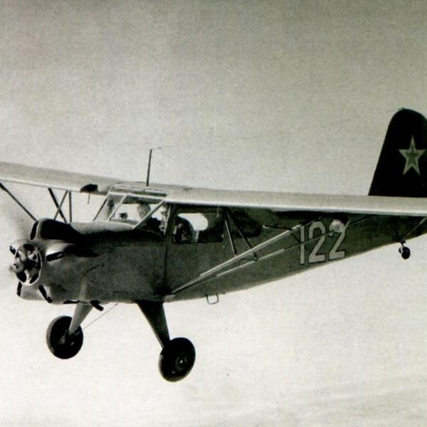 1.Як-12 в полете.