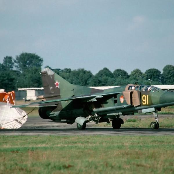 10.МиГ-23УБ заруливает на стоянку.