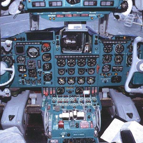 10.Приборная панель Ил-62М.