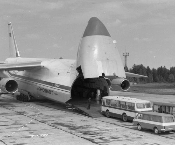 11.Ан-124 с открытым грузовым отсеком.