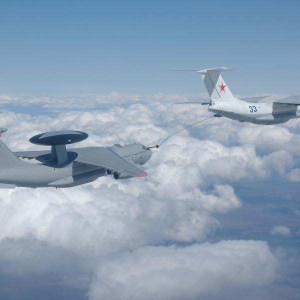 11а.Ил-78 производит дозаправку самолета ДРЛО ЭИ (А-50ЭИ) .