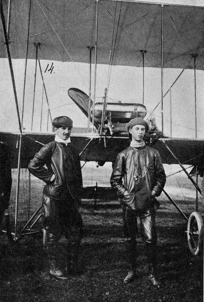 12.Авиатор А.А.Агафонов (слева) и пассажир Ф.Ф.Колчин в Новгороде.