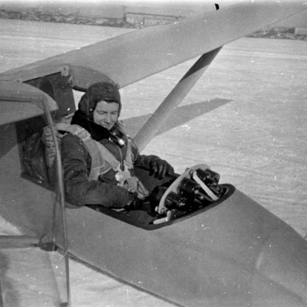 12.Пилот в кабине БРО-12.