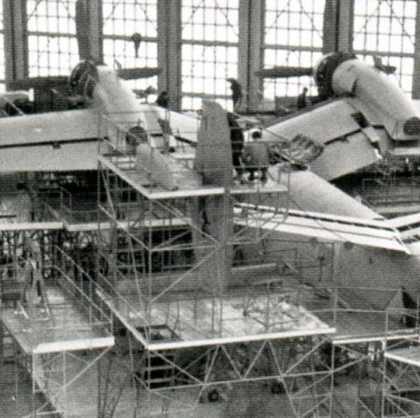 16.Серийная сборка Бе-12 в цехе таганрогского авиазавода.