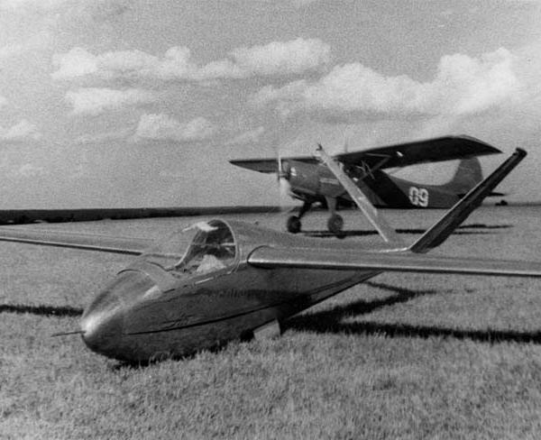 1б.Планер А-15. На втором плане самолёт-буксировщик Як-12.