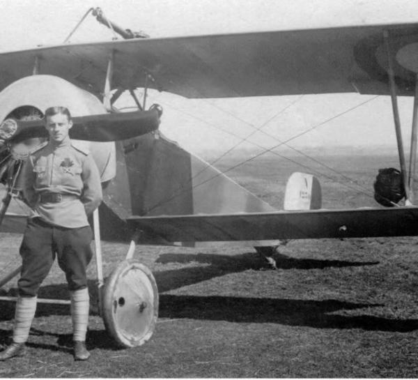 1в.Русский летчик у истребителя Nieuport N.11 Bebe.