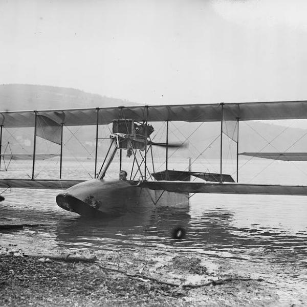 2.Летающая лодка Curtiss Model F на воде.