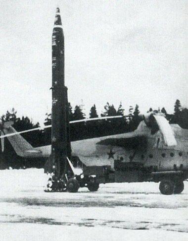 2.Ракета 8К114 с СПУ ВПУ-01 вертолетного комплекса 9К73 рядом с вертолетом-носителем Ми-6РВК