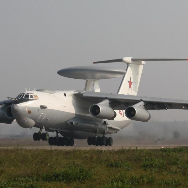 2.Самолет ДРЛО А-50 на взлете.