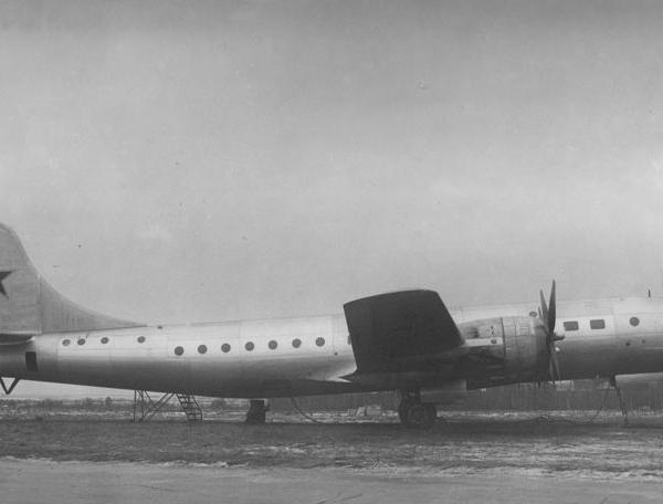 2.Военно-транспортный самолет Ту-75.