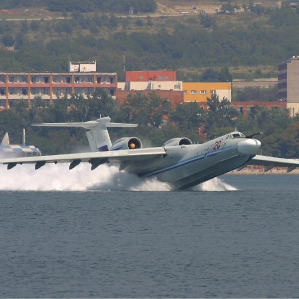 2.Взлет самолета-амфибии А-40.