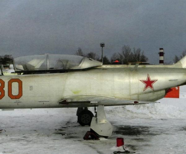 2.Як-30 на стоянке.