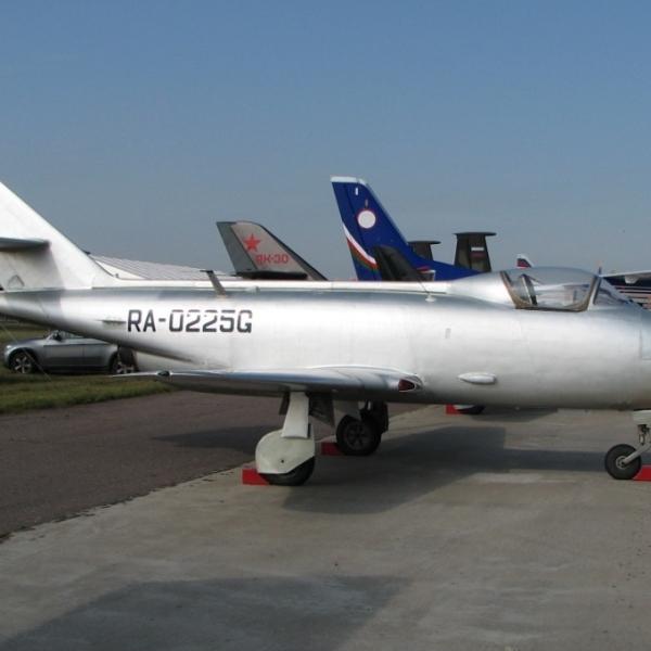 2.Як-32 на стоянке. 2