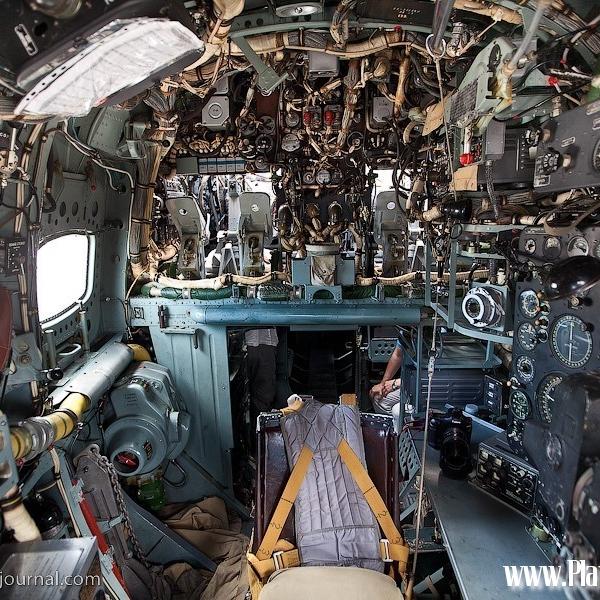 21.Вид на штурманское кресло из носа самолета. Над дверью видны педали летчиков.