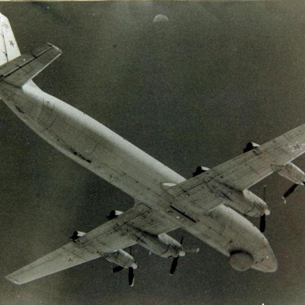 2а.Ил-38 в полете.