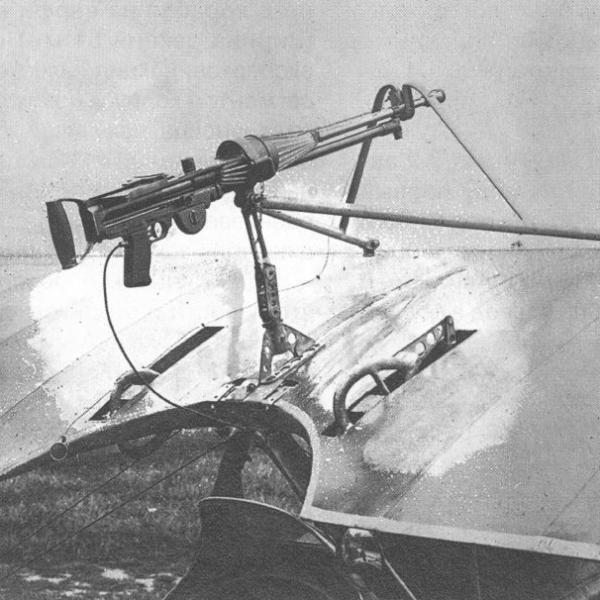 3.Льюис на верхнем крыле истребителя Ньюпор-11.