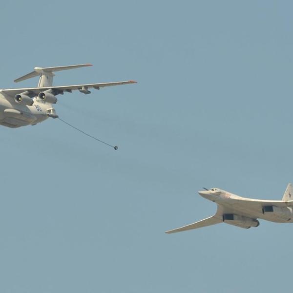 3.Ту-160 готовится к дозаправке от самолета-запращика Ил-78М.