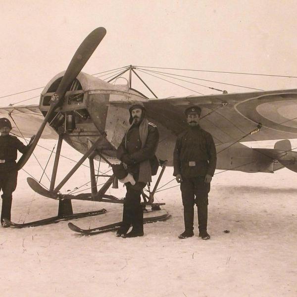 3а.Пилот и механики у самолета Nieuport.IV на лыжном шасси.