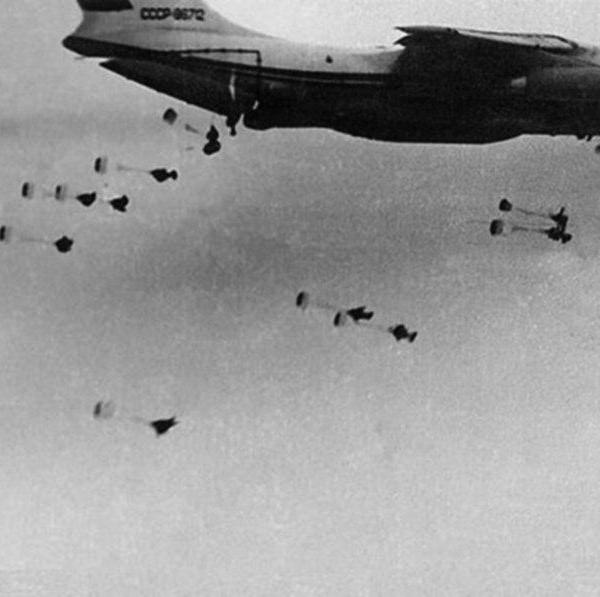 3б.Первый опытный Ил-76. Сброс манекенов в 4-е потока.