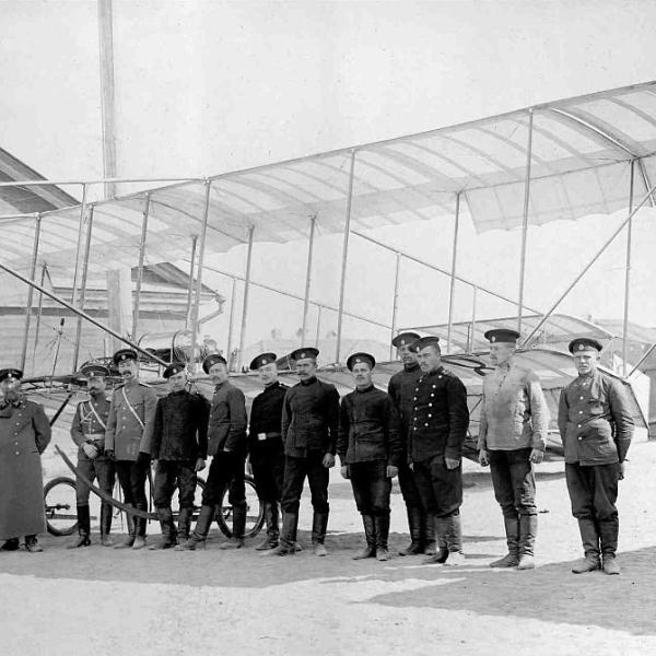 3в.Чины российского авиационного отряда стоят перед аэропланом Farman F.VII № 8.