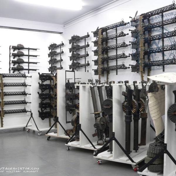 4.Авиационные пулеметы Lewis и Vickers в музее.