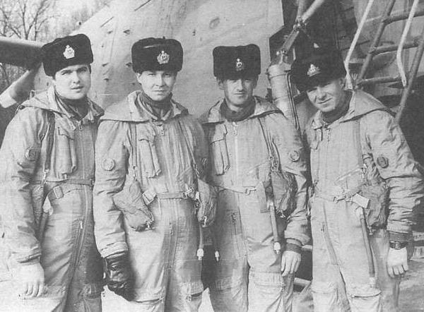 4.Экипаж Бе-12ПС борт № 31 в морских спасательных костюмах на фоне своего самолёта.
