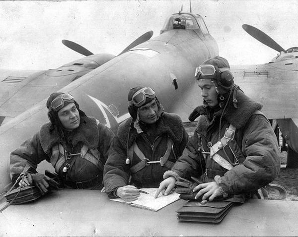 4.Экипаж самолета-разведчика Пе-2Р готовится к боевому вылету.