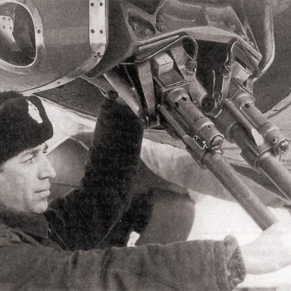 4.Осмотр пушек АМ-23 на нижней установке ДТ-7НС. Ту-16.