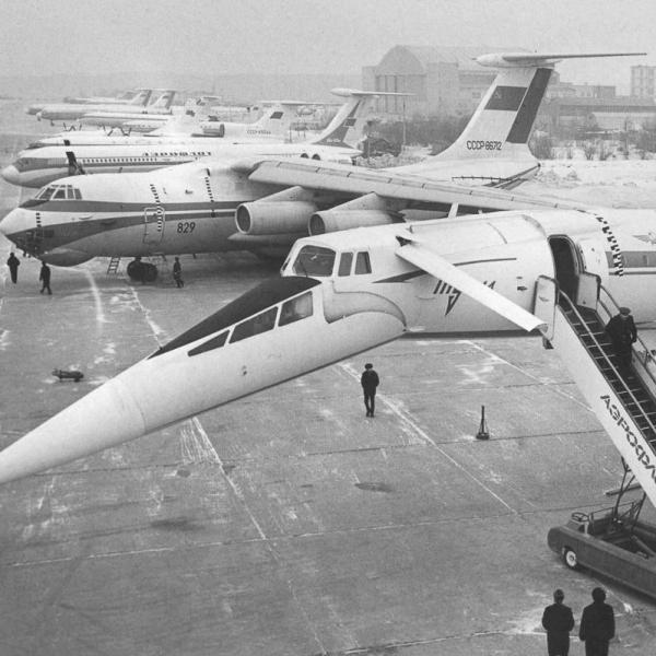 4.Ту-144 на стоянке.