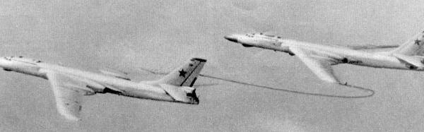 4.Заправщик Ту-16З передает топливо разведчику Ту-16РМ.