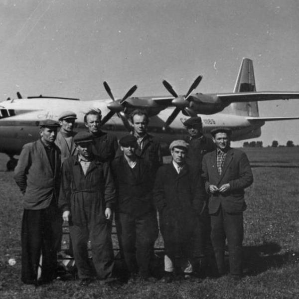 5.Ан-10А на грунтовой площадке.