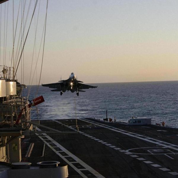5.Палубный истребитель Су-33 заходит на посадку.