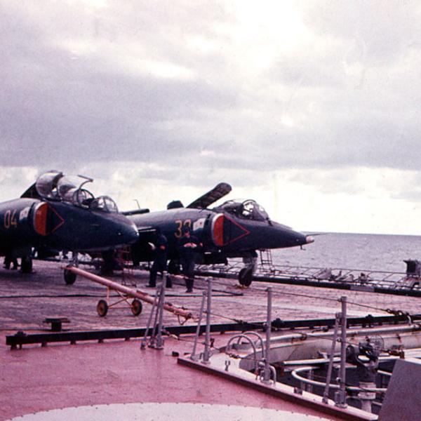 5.Як-38У (справа) на палубе.