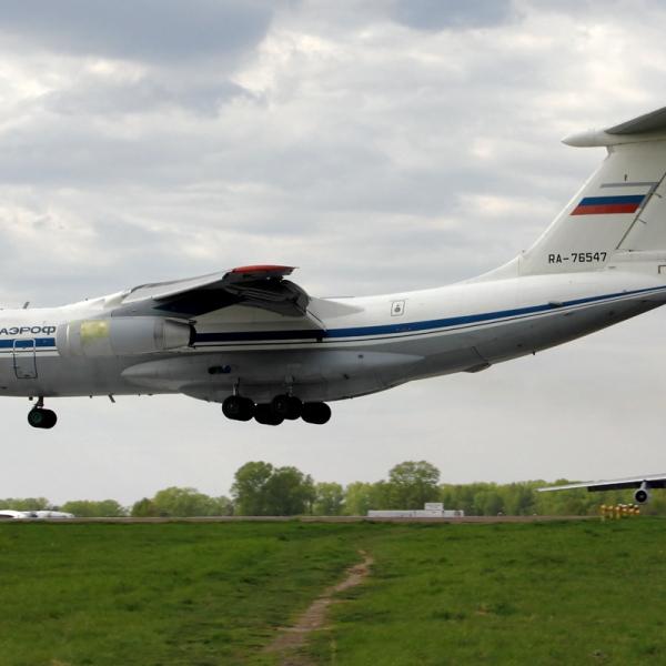 5в.Ил-76МД заходит на посадку.
