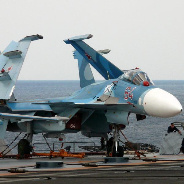 6.Су-33 на палубной стоянке.