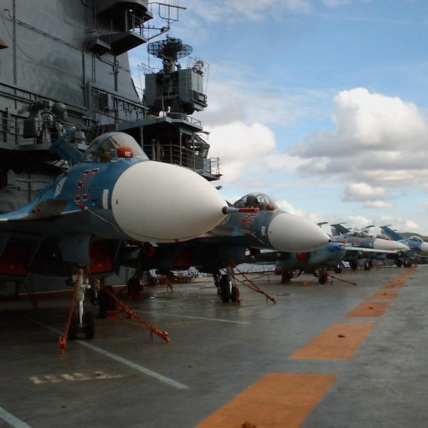 7.Су-33 на палубной стоянке.