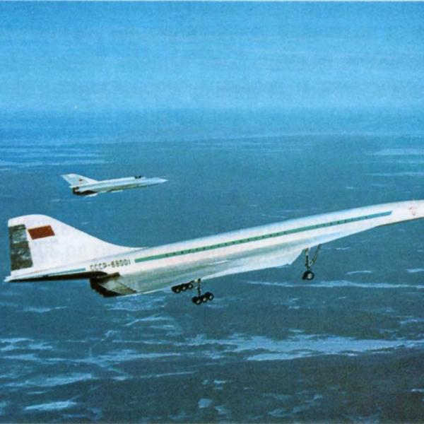 7.Ту-144 в полете в сопровождении своей аналоговой модели.