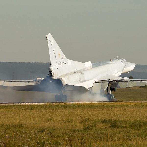 Ту-22МР на посадке.